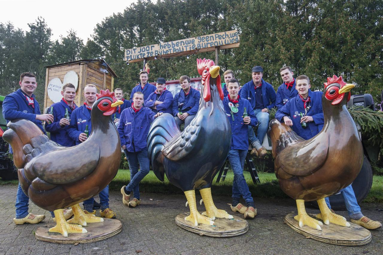 De jongens van Geitefok met de meegepikte Barneveldse kippen